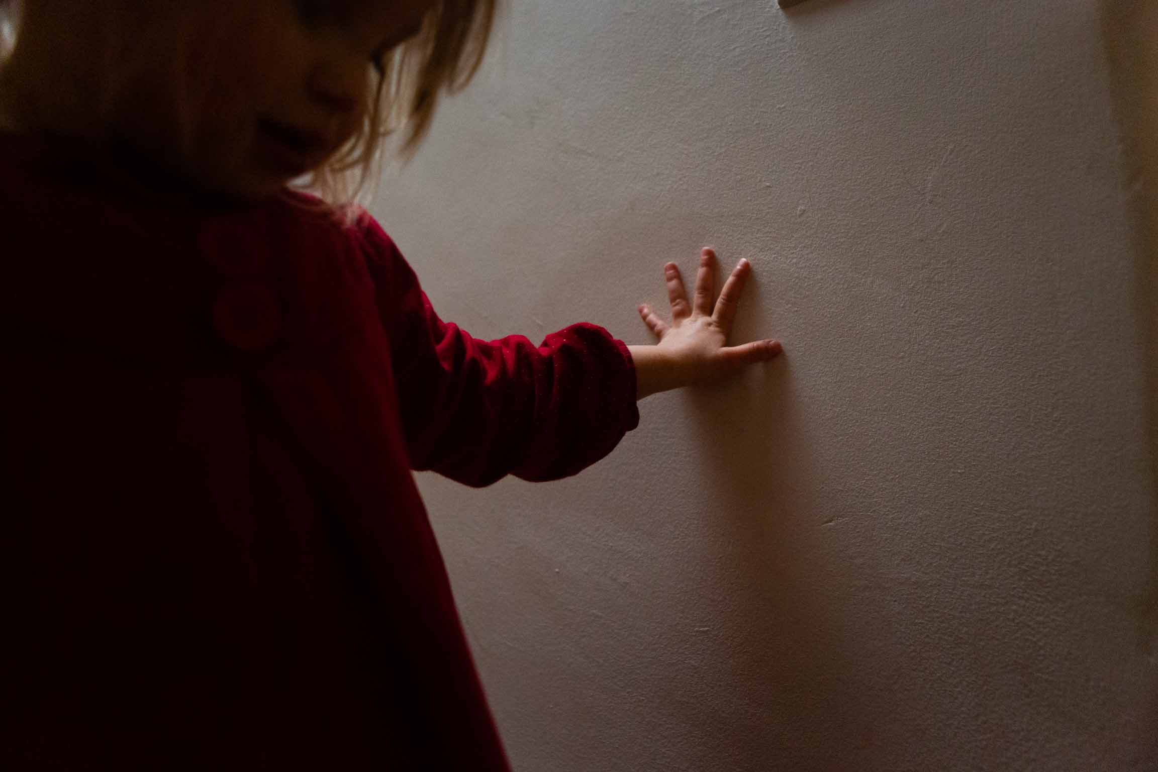 Little girls hand on the wall | Somerset Family Photography